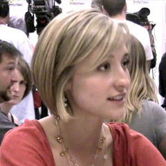 Allison Mack - Bildurheber: Von Allison_Mack_at_ComicCon_2009.jpg: Kristin Dos Santos from Los Angeles, California, United Statesderivative work: Tabercil (talk) - Allison_Mack_at_ComicCon_2009.jpg, CC BY-SA 2.0, https://commons.wikimedia.org/w/index.php?curid=9063070