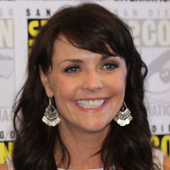 Amanda Tapping - Bildurheber: Von Keith McDuffee, cropped by User:Wikien2009 - Image:Dunne-Tapping.jpg (original), CC BY 2.0, https://commons.wikimedia.org/w/index.php?curid=19912120