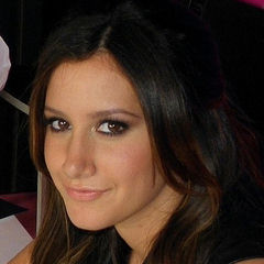 Ashley Tisdale - Bildurheber: Von AshleySpain2011.jpg: Theblishhderivative work: Decodet (talk) - AshleySpain2011.jpg, CC BY-SA 3.0, https://commons.wikimedia.org/w/index.php?curid=15302769