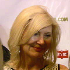 Beth Broderick - Bildurheber: Von Mingle MediaTV - This media→Diese Datei ist ein Ausschnitt aus einer anderen Datei: Beth Broderick2011.jpgOriginal workhttp://www.flickr.com/photos/minglemediatv/5885546780/, CC BY-SA 2.0, https://commons.wikimedia.org/w/index.php?curid=27326353