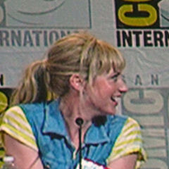 Beth Riesgraf - Bildurheber: Von Dave & Margie Hill / Kleerup from Centennial, CO, USA - SDCC 2010 - SaturdayUploaded by GrV, CC BY-SA 2.0, https://commons.wikimedia.org/w/index.php?curid=11130825