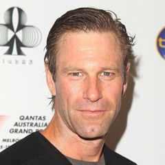 Aaron Eckhart - Bildurheber: Von Shelby White from Seattle, ID, United States - Aaron Eckhart on Traveling, CC BY-SA 3.0, https://commons.wikimedia.org/w/index.php?curid=4524544