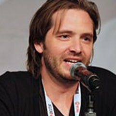 Aaron Stanford - Bildurheber: Von Thibault - Flickr: Nikita - Panel, CC BY-SA 2.0, https://commons.wikimedia.org/w/index.php?curid=28060395