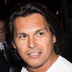 Adam Beach - Bildurheber: Von -nickon- - https://www.flickr.com/photos/13700801@N03/15132924640/, CC BY-SA 2.0, https://commons.wikimedia.org/w/index.php?curid=35825623