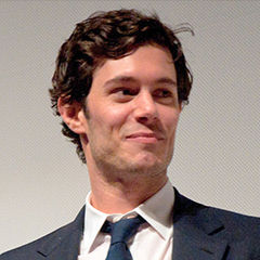 Adam Brody - Bildurheber: Von Mark Kari - Adam Brody, CC BY-SA 2.0, https://commons.wikimedia.org/w/index.php?curid=17650014