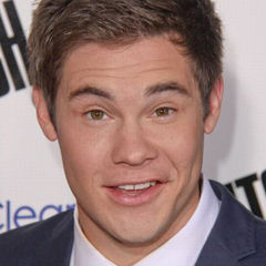 Adam DeVine - Bildurheber: Von Sue Lukenbaugh - http://www.flickr.com/photos/museled/9407445740/, CC BY-SA 2.0, https://commons.wikimedia.org/w/index.php?curid=31378186