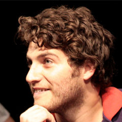 Adam Pally - Bildurheber: Von Adam_Pally.jpg: Alex Erde from London, United Statesderivative work: DarkCorsar (talk) - Adam_Pally.jpg, CC BY 2.0, https://commons.wikimedia.org/w/index.php?curid=15000609