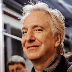 Alan Rickman - Bildurheber: Von Marie-Lan Nguyen - http://www.flickr.com/photos/jastrow/6343878187/, CC BY 2.0, https://commons.wikimedia.org/w/index.php?curid=27858872