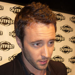 Alex O'Loughlin - Bildurheber: Von Greg Hernandez - http://www.flickr.com/photos/greginhollywood/3972472564/, CC BY 2.0, https://commons.wikimedia.org/w/index.php?curid=11182435