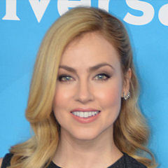 Amanda Schull - Bildurheber: Von RedCarpetReport - http://www.flickr.com/photos/47170787@N05/16286632846/, CC BY-SA 2.0, https://commons.wikimedia.org/w/index.php?curid=37965631