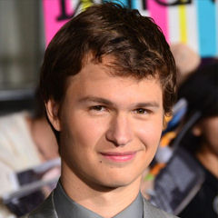 Ansel Elgort - Bildurheber: Von Mingle Media TV - https://www.flickr.com/photos/minglemediatv/13274435304, CC BY-SA 2.0, https://commons.wikimedia.org/w/index.php?curid=32224260