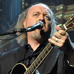 Bill Bailey - Bildurheber: Von Nick - Bill Rocking OutUploaded by McGeddon, CC BY 2.0, https://commons.wikimedia.org/w/index.php?curid=7224215