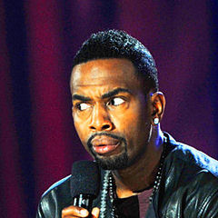 Bill Bellamy - Bildurheber: By LOL Comedy from Hollywood - Bill Bellamy 8, CC BY 2.0, https://commons.wikimedia.org/w/index.php?curid=19697461