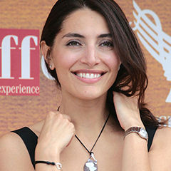 Caterina Murino - Bildurheber: Von PM - Il Piccolo Missionario - Flickr: Caterina Murino a Giffoni, CC BY-SA 2.0, https://commons.wikimedia.org/w/index.php?curid=12836476