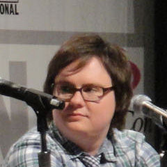 Clark Duke - Bildurheber: Von popculturegeek.com - http://www.flickr.com/photos/popculturegeek/4499363332/, CC BY 2.0, https://commons.wikimedia.org/w/index.php?curid=10671792
