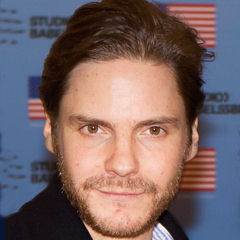 Daniel Brühl - Bildurheber: Von usbotschaftberlin - https://www.flickr.com/photos/usbotschaftberlin/16502354765/, Gemeinfrei, https://commons.wikimedia.org/w/index.php?curid=40671521