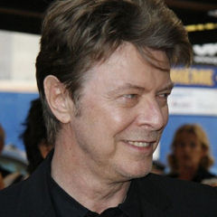 David Bowie - Bildurheber: Von Arthur from Westchester County north of NYC, USA, at Arthur@NYCArthur.com - Cropped from the original, David Bowie, CC BY-SA 2.0, https://commons.wikimedia.org/w/index.php?curid=2746634