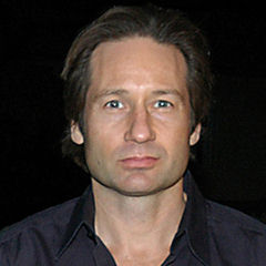 David Duchovny - Bildurheber: By Ford Motor Company from USA, cropped by User:Heynoun [CC BY 2.0 (http://creativecommons.org/licenses/by/2.0)], via Wikimedia Commons