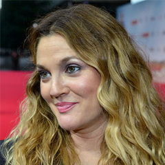 Drew Barrymore - Bildurheber: Von www.GlynLowe.com from Hamburg, Germany - Drew Barrymore on The 'Blended' Red Carpet in Berlin, CC BY 2.0, https://commons.wikimedia.org/w/index.php?curid=32876580
