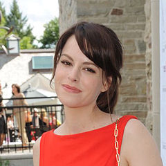 Emily Hampshire - Bildurheber: By Canadian Film Centre from Toronto, Canada - CFC ANNUAL BBQ 2012, CC BY 2.0, https://commons.wikimedia.org/w/index.php?curid=21252125