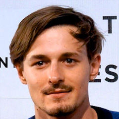 Giles Matthey - Bildurheber: By Photo Credit: Cindy Maram/Dig In Magazine - Boulevard Premiere at 2014 Tribeca Film Festival, CC BY-SA 2.0, https://commons.wikimedia.org/w/index.php?curid=42699430