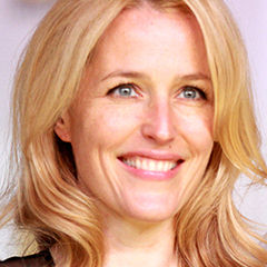 Gillian Anderson - Bildurheber: By Gage Skidmore from Peoria, AZ, United States of America [CC BY-SA 2.0 (http://creativecommons.org/licenses/by-sa/2.0)], via Wikimedia Commons