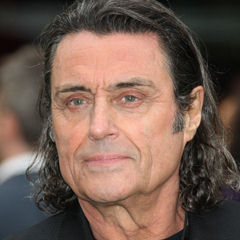 Ian McShane - Bildurheber: Von Anonymous author; see OTRS - https://www.flickr.com/photos/albex/400282938/, CC BY-SA 3.0, https://commons.wikimedia.org/w/index.php?curid=5763482