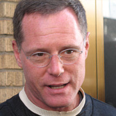 Jason Beghe - Bildurheber: Von tacosdelaluna - JASON BEGHE AT ANONYMOUS NYC RAID 5-29-08, CC BY-SA 2.0, https://commons.wikimedia.org/w/index.php?curid=5848439
