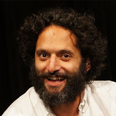 Jason Mantzoukas - Bildurheber: Von Kevintporter - Photographing live comedy show in Los Angeles, CC BY-SA 3.0, https://commons.wikimedia.org/w/index.php?curid=24156043