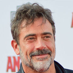 Jeffrey Dean Morgan - Bildurheber: Von Red Carpet Report on Mingle Media TV from Culver City, USA - Jeffrey Dean Morgan at the World Premiere of Marvel's Ant-Man #AntMan #AntManPremiere - DSC_0194, CC BY-SA 2.0, https://commons.wikimedia.org/w/index.php?curid=41315782