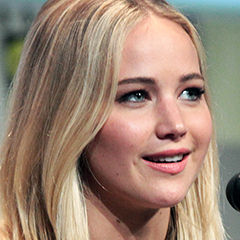 Jennifer Lawrence - Bildurheber: Von Gage Skidmore - www.flickr.com/photos/gageskidmore/19764935991/in/photolist, CC-BY-SA 4.0, https://commons.wikimedia.org/w/index.php?curid=41796885