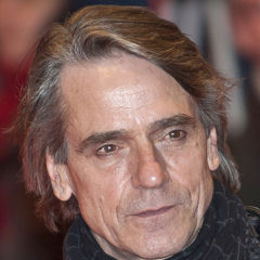 Jeremy Irons - Bildurheber: Von Cast_of_Margin_Call_(Berlin_Film_Festival_2011)_2.jpg: Siebbiderivative work: César (talk) - Cast_of_Margin_Call_(Berlin_Film_Festival_2011)_2.jpg, CC BY 3.0, https://commons.wikimedia.org/w/index.php?curid=14713526