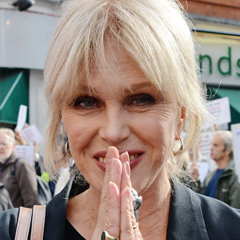 Joanna Lumley - Bildurheber: Von See Li from London, UK - 2014-10-11 Joanna Lumley joins hundreds in protest against animal slaughtering, CC BY 2.0, https://commons.wikimedia.org/w/index.php?curid=38162293