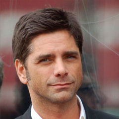 John Stamos - Bildurheber: Von Angela George, CC BY-SA 3.0, https://commons.wikimedia.org/w/index.php?curid=18323937