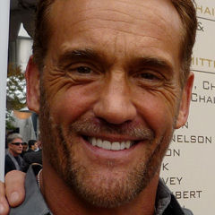 John Wesley Shipp - Bildurheber: Von Greg Hernandez from California, CA, USA - P1010156, CC BY 2.0, https://commons.wikimedia.org/w/index.php?curid=42646670