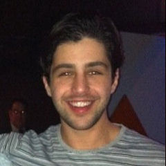 Josh Peck - Bildurheber: Von HelicongodUploaded by MyCanon - Diese Datei wurde von diesem Werk abgeleitet  Josh Peck and Faraz Alli in 2010.jpg:, CC BY-SA 3.0, https://commons.wikimedia.org/w/index.php?curid=23424715