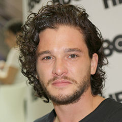Kit Harington - Bildurheber: Von walterlan Papetti - https://www.flickr.com/photos/94941089@N03/16145104900/, CC BY-SA 2.0, https://commons.wikimedia.org/w/index.php?curid=41095699