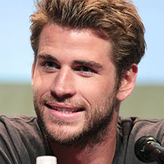 Liam Hemsworth - Bildurheber: Von Gage Skidmore - www.flickr.com/photos/gageskidmore/19035612073/in/photolist, CC-BY-SA 4.0, https://commons.wikimedia.org/w/index.php?curid=41797146