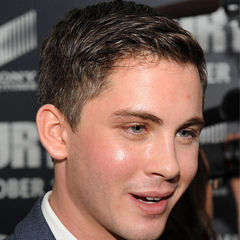 Logan Lerman - Bildurheber: Von DoD News Features - 141015-D-FW736-076, CC BY 2.0, https://commons.wikimedia.org/w/index.php?curid=37668559