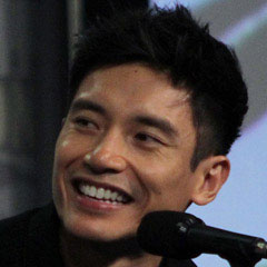 Manny Jacinto - Bildurheber: Von aitchisons from United States - 'The Good Place' cast and crew visit San Diego Comic Con for a panel, CC BY 2.0, https://commons.wikimedia.org/w/index.php?curid=72771897