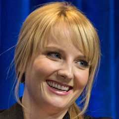 Melissa Rauch - Bildurheber: Von Photo by iDominickRetouched by Danyele - Flickr (original photo), CC BY-SA 2.0, https://commons.wikimedia.org/w/index.php?curid=45409128