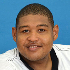 Omar Benson Miller - Bildurheber: By Omar_Benson_Miller.jpg campdarby *derivative work: Sirab (Omar_Benson_Miller.jpg) [CC BY 2.0 (http://creativecommons.org/licenses/by/2.0)], via Wikimedia Commons