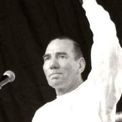 Pete Postlethwaite - Bildurheber: Von Dave Morris from Edinburgh, UK - Cropped from Pete Postlethwaite - man, this guy's in EVERYTHING!, CC BY 2.0, https://commons.wikimedia.org/w/index.php?curid=5907930