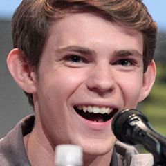 Robbie Kay - Bildurheber: Gage Skidmore [CC BY-SA 3.0 (http://creativecommons.org/licenses/by-sa/3.0)], via Wikimedia Commons