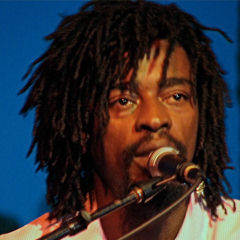 Seu Jorge - Bildurheber: Von Marcelo Teson, edited by anetode - http://www.flickr.com/photos/mteson/138649292/, CC BY 2.0, https://commons.wikimedia.org/w/index.php?curid=1456108