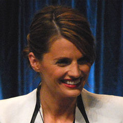 Stana Katic - Bildurheber: Von flickr user Genevieve719 - http://www.flickr.com/photos/genevieve719/6841695744/in/set-72157629598703293, CC BY 2.0, https://commons.wikimedia.org/w/index.php?curid=20350960
