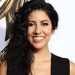 Stephanie Beatriz - Bildurheber: By Richard Sandoval - https://www.flickr.com/photos/hispaniclifestyle/15318568969/, CC BY-SA 2.0, https://commons.wikimedia.org/w/index.php?curid=36143005