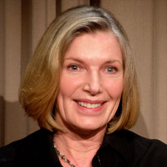 Susan Sullivan - Bildurheber: Von Jennifer - Flickr: Susan Sullivan Castle Paley Event 10a, CC BY-SA 2.0, https://commons.wikimedia.org/w/index.php?curid=13719952