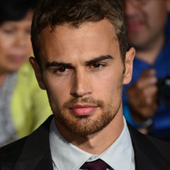 Theo James - Bildurheber: Von Mingle Media TV - https://www.flickr.com/photos/minglemediatv/13276140924, CC BY-SA 2.0, https://commons.wikimedia.org/w/index.php?curid=31968255