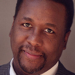 Wendell Pierce - Bildurheber: Von Photographer hired by subject - Image e-mailed to uploader from subject's manager, CC BY-SA 3.0, https://commons.wikimedia.org/w/index.php?curid=11740683